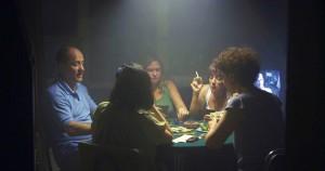 """Rauch und Spiele in """"Dos Disparos"""""""
